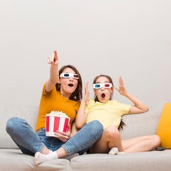 映画を見ている少女とママ