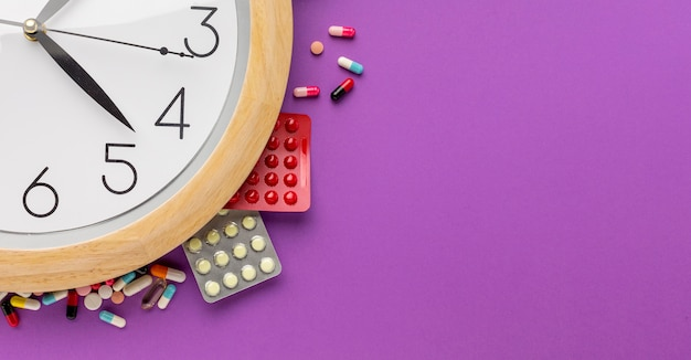 錠剤錠剤のコピースペース時計