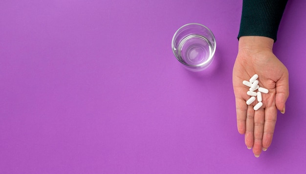 薬と水のグラス
