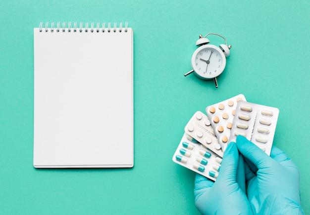 ノートと錠剤の錠剤