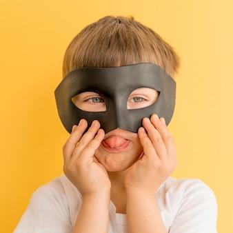 Мальчик в маске играет