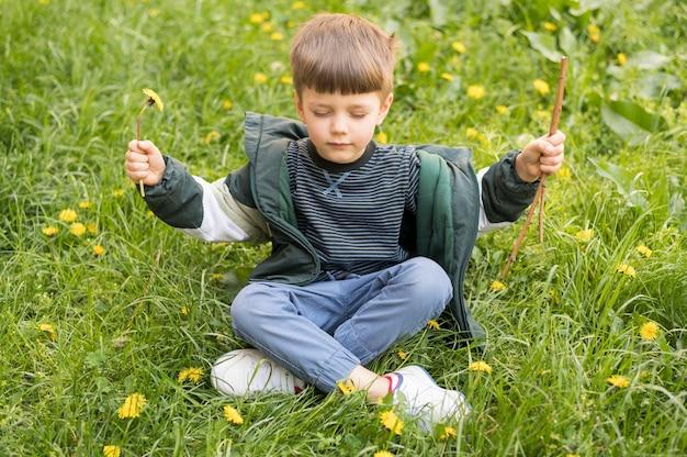 タンポポの演奏を持つ少年