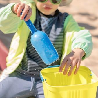 Мальчик крупным планом с игрой солнцезащитных очков