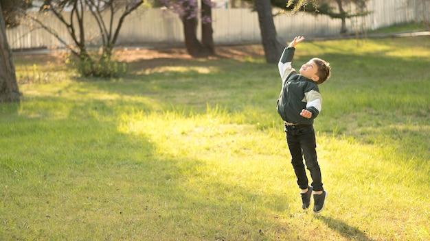 Маленький мальчик прыгает