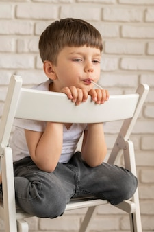 Портрет мальчика на стуле
