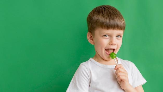 ロリポップを食べるコピースペース少年