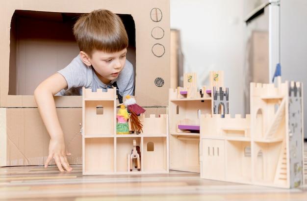 Маленький мальчик с деревянным замком