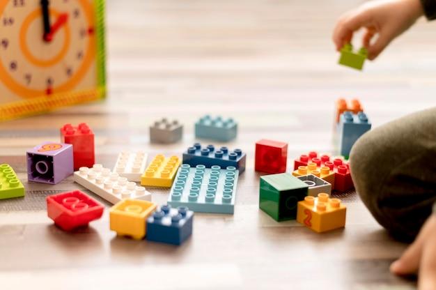 Крупным планом ребенок с игрушками в помещении