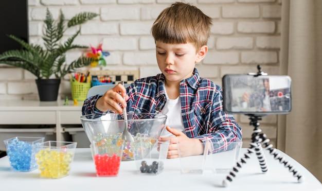 Мальчик с записью гидрогелевых шариков