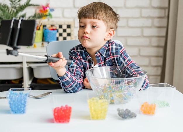 Мальчик с разноцветными шариками из гидрогеля