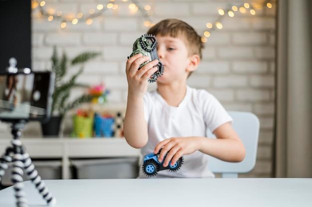 Средний выстрел мальчик играет с автомобилями