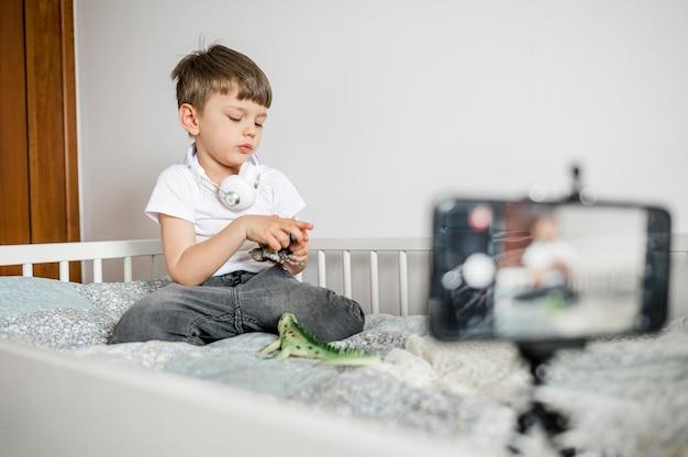 Малыш играет с игрушками в постели