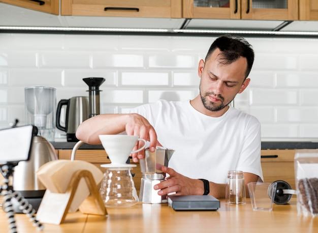 正面の男がコーヒーを作る