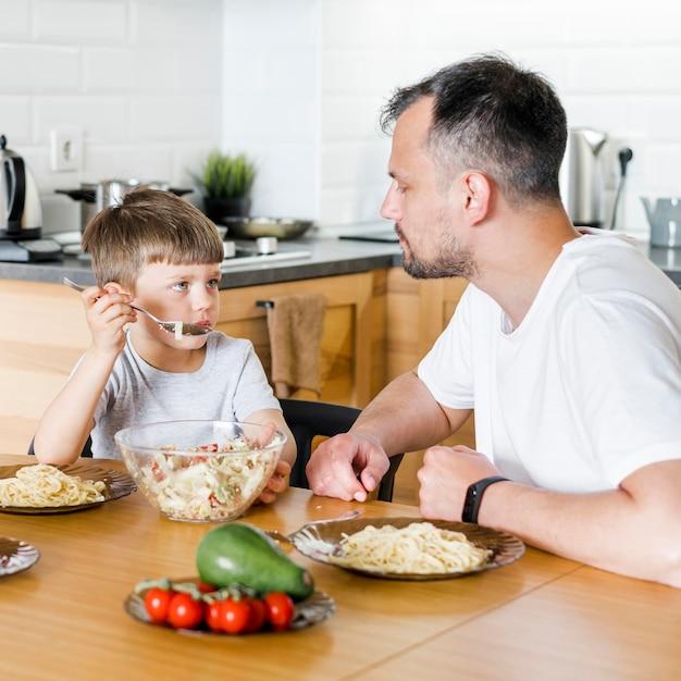 Отец и сын едят вместе