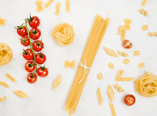 イタリアのパスタとトマト