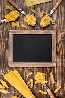黒板の横にあるパスタとスプーン