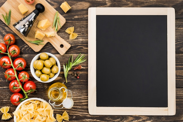 Фузилли с оливками и овощами на столе