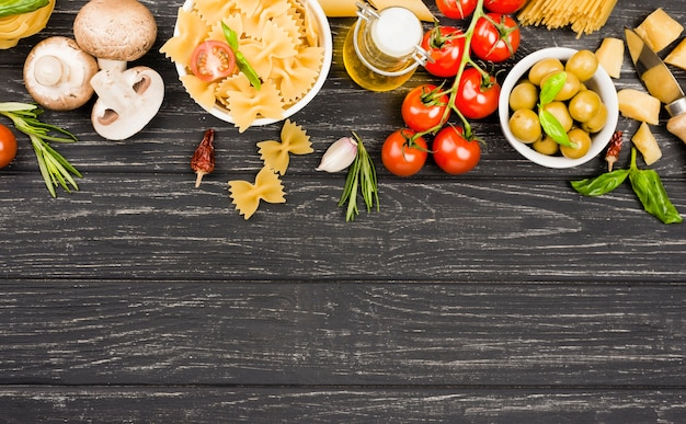 Макароны с овощами ингредиенты с копией пространства