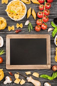 野菜の食材と黒板のフジッリ