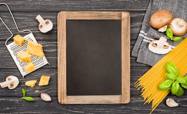 キノコのスパゲッティの食材と黒板