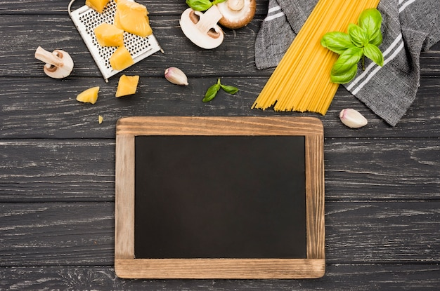黒板の横にあるキノコのおいしいスパゲッティ