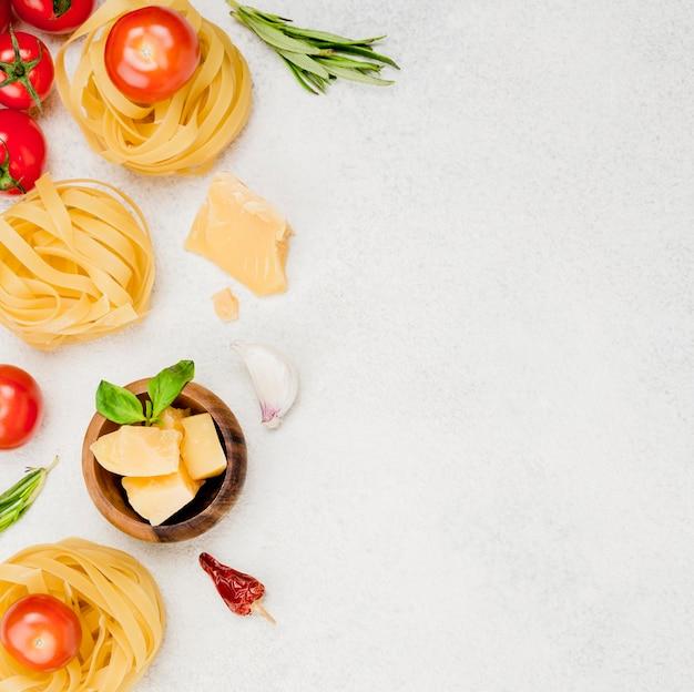 コピースペースを持つイタリア料理の食材