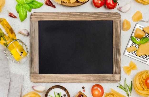 黒板とイタリア料理の食材