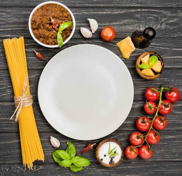 Спагетии болоньезе ингредиенты с тарелкой