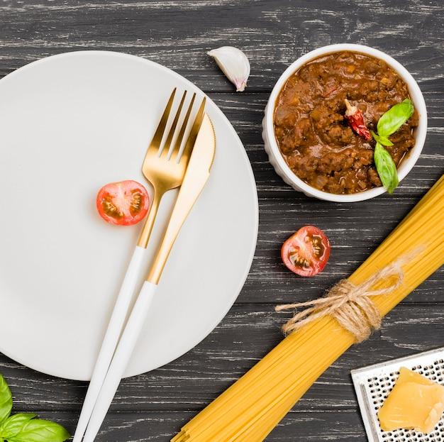 Ингредиенты для тарелок и спагетии болоньезе