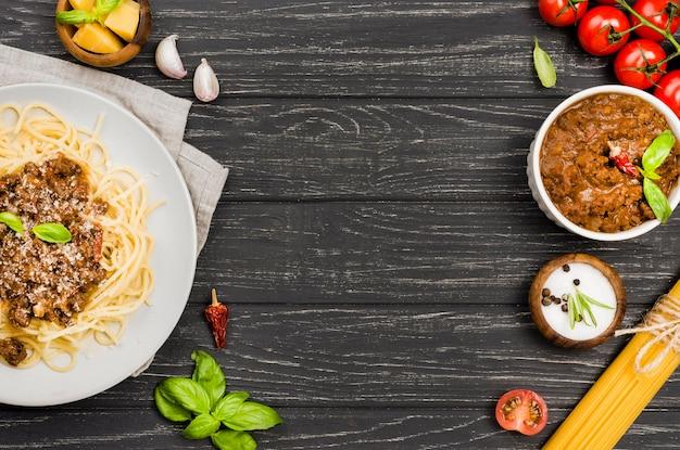 Тарелка со спагетией болоньезе с копией пространства