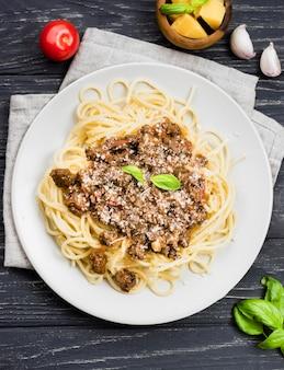 Вид сверху тарелка со спагетии болоньезе