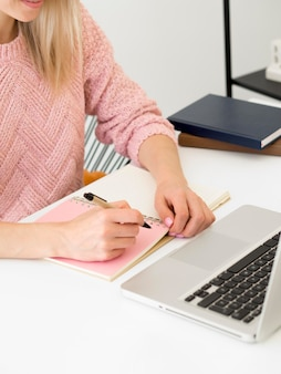 彼女の机の執筆で女性