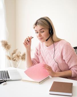 Студент, открывая ноутбук концепции электронного обучения
