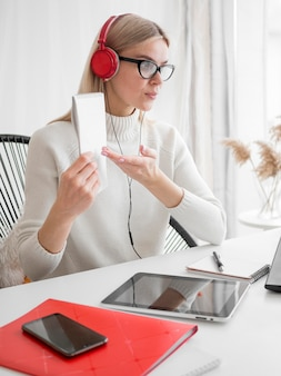 Студент дистанционных курсов онлайн показывая ее примечания