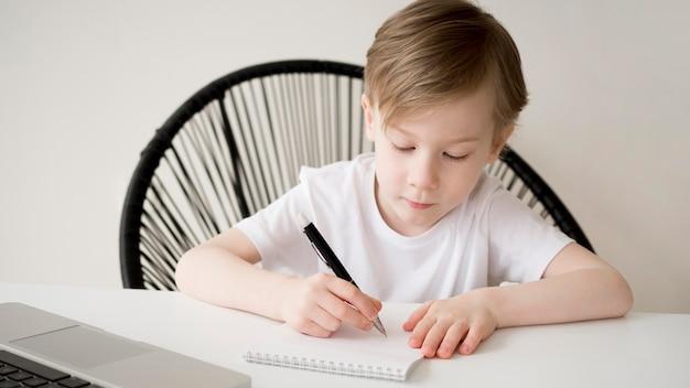 Вид спереди праворукий ребенок, пишущий