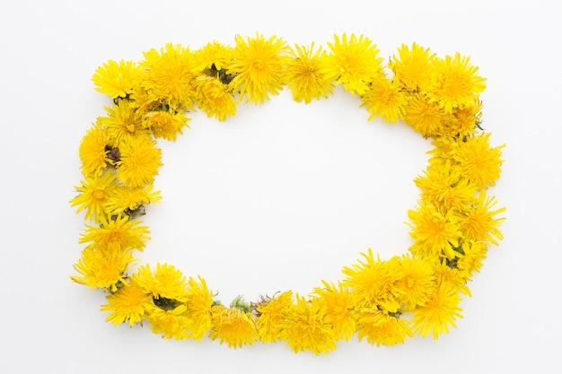コピースペースと黄色の花のフレームのフラットレイアウト