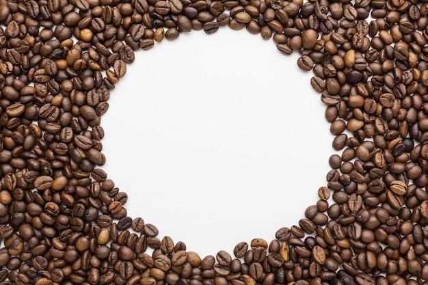 Вид сверху рамки кофейных зерен с копией пространства