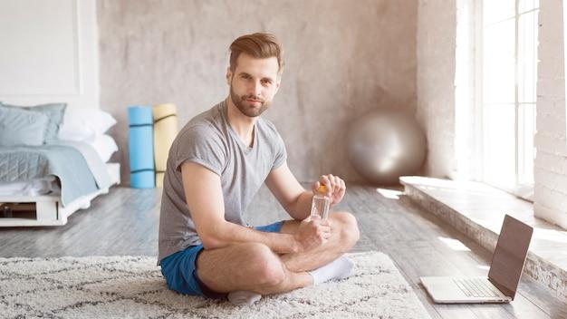 自宅でスポーツをしている男