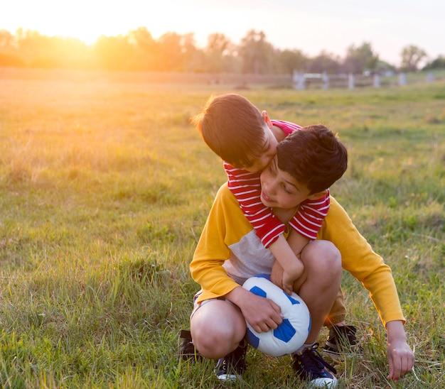 屋外のボールで遊ぶ子供たち