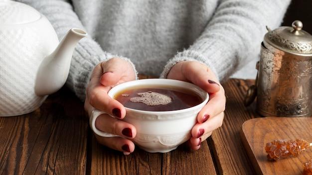 お茶のコンセプトを持つ女性の正面図