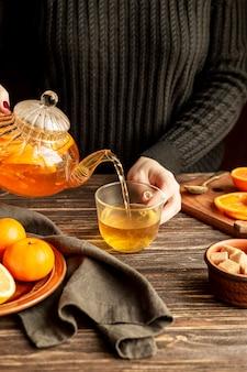 お茶のコンセプトを注ぐ人の正面図