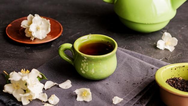 Высокий угол концепции травяного чая