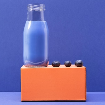 正面のブルーベリーとガラス瓶の中のスムージー