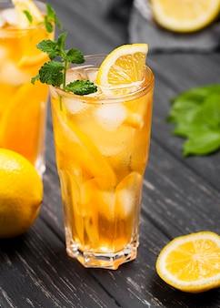 Высокий угол ледяной чай стакан