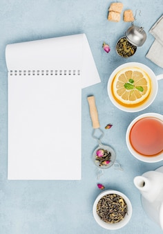 ノートブックの横にお茶を置いたフラットレイカップ