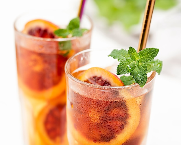 フルーツアイスティーとミントのグラス