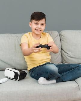 ビデオゲームをしている少年の正面図