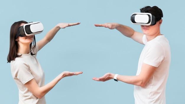 Вид сбоку пара носить гарнитуру виртуальной реальности