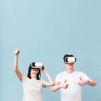 Вид спереди пара весело с гарнитурой виртуальной реальности