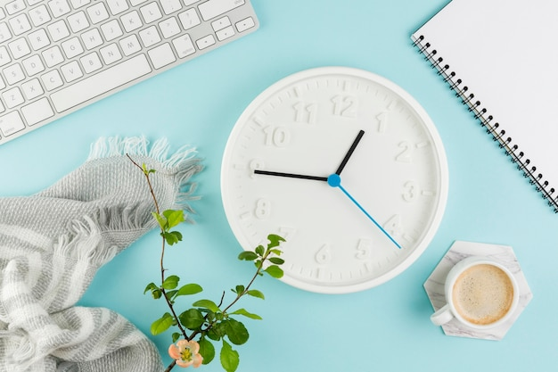 時計とコーヒーを備えた机の上から見る